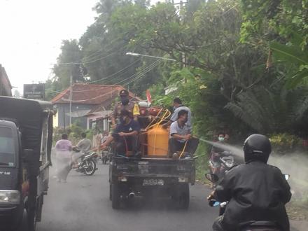 Cegah Covid-19,Pemerintah Desa Kayuputih Semprotkan Disinfektan
